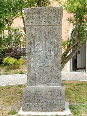 Khatchkar_ou_«_croix_de_pierre%22_à_San_Lazzaro_degli_Armeni_(lagune_de_Venise)_(1620737108)
